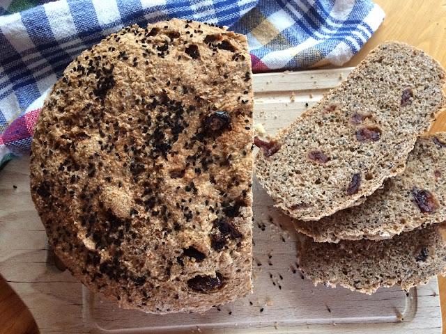 Domowy chleb z żurawiną i czarnuszką