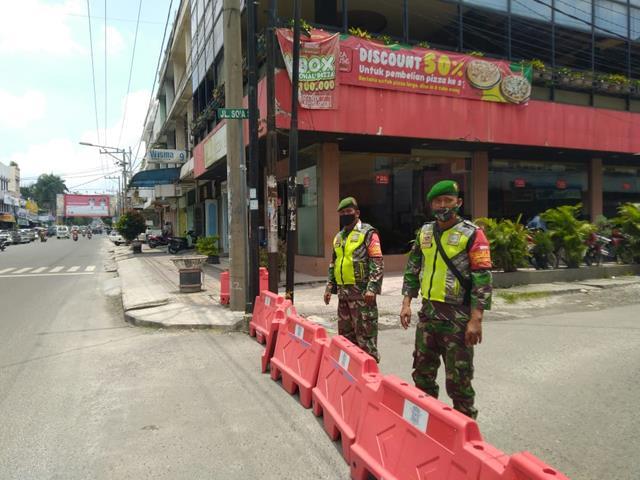 Posko Pengalihan PPKM Level lll Personel Kodim 0207/Simalungun Di Jalan Persimpangan Wilayah Siantar