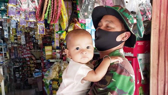 Lepaskan Rindu Keluarga,Satgas TMMD Gendong Balita