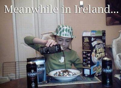 Kind trinkt Bier zum Frühstück lustig