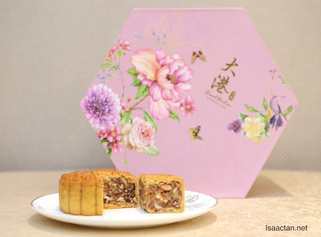 One of the all-time favourite mooncake flavour, fruits nuts mixture