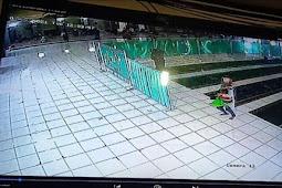Emak-emak Sambil Gendong Anak Curi Tas di Masjid, Terpantau CCTV