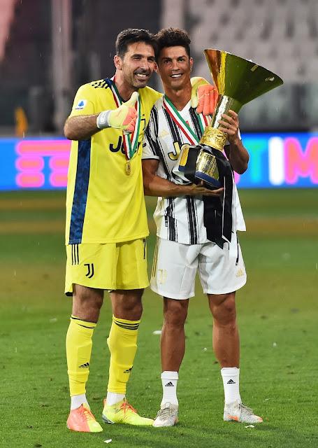 كريستيانو رونالدو وبوفون مع كأس الدورى الإيطالي