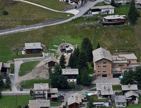 岩と融合した建築?自然と融合してしまった建築たち8選 丘と融合した建築