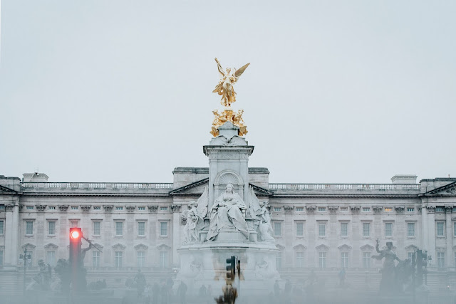 Photo by Lea Fabienne on Unsplash - Buckingham Palace - the Queen's fashion secrets