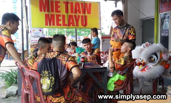REHAT : Peserta Lion Dance International Competition dari Pontianak yang juga datang di Mie Tiaw Melayu (21/6)untuk menikmati minuman. Foto Asep Haryono
