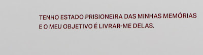 frase da artista Louise Bourgeois impressa na parede do museu de Serralves