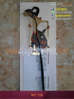 Souvenir wayang dari kulit bermotif batik