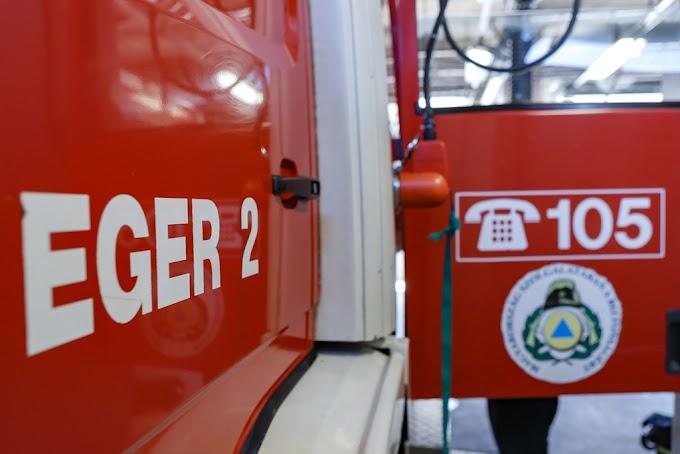 Árokba csapódott autót mentenek a tűzoltók a 24-es főúton