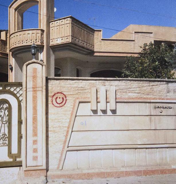 Letra N de Nazareno, termo usado em menosprezo pelo Corão pintada no muro de uma casa, depois declarada 'Propriedade do Estado Islâmico', no Iraque.