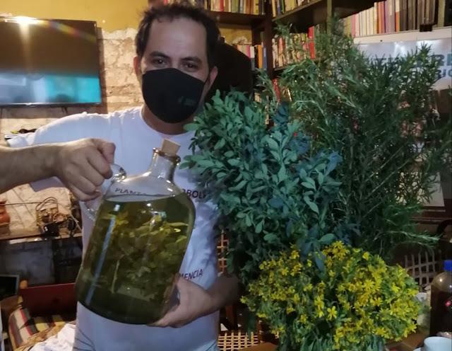 Javier Torres, vendedor de yuyos, muestra una jarra con hierbas medicinales para prepar tereré.Foto cotesía de Javier Torres