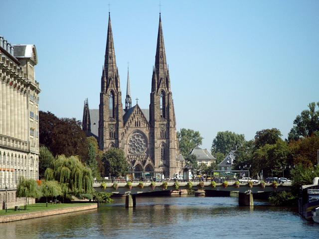 La Catedral de Estrasburgo al fondo