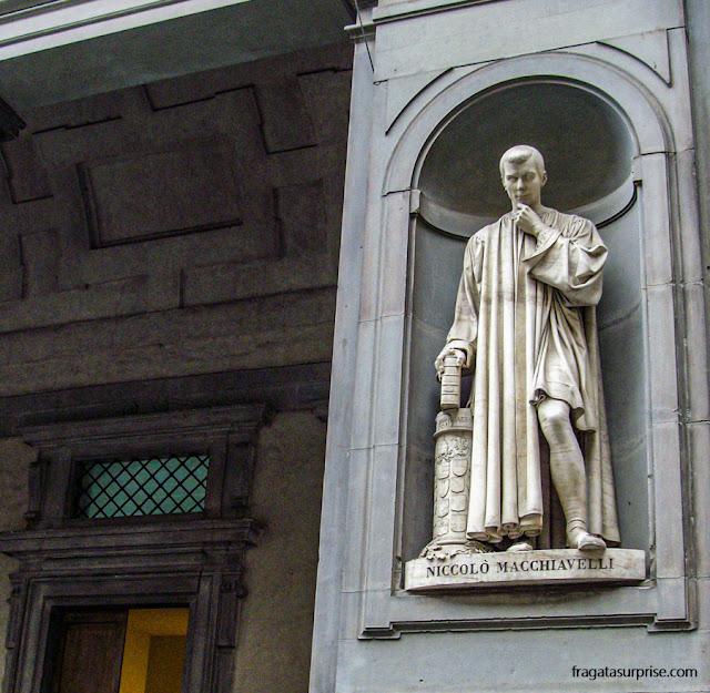Estátua de Machiavel na entrada da Galleria degli Uffizzi