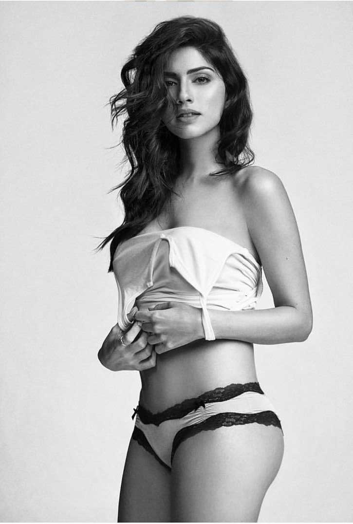 Sapna Pabbi flaunts her panty in bikini