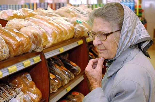 вы просто посмотрите на бабушек и дедушек в магазинах. Понаблюдайте, как они выискивают скидки и акции, как берут самые дешевые продукты