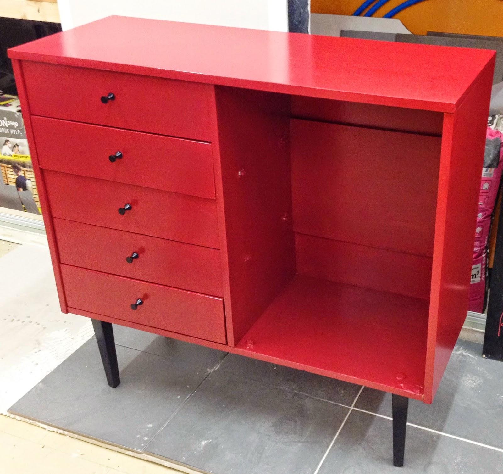 peinture sur meuble en rouge et noir cours de. Black Bedroom Furniture Sets. Home Design Ideas