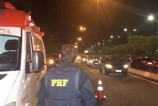 Motorista perde controle de veículo, colide com mureta de rodovia e surta após chegada da PRF na PB