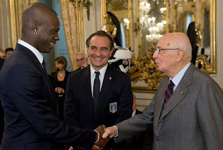 Prandelli (centre) introduces striker Mario Balotelli to the Italian president, Giorgio Napolitano