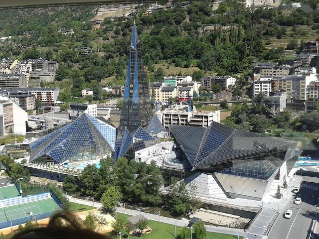 Edificio de Caldea en Andorra. Caldea fue inaugurado en el año 1994 y es el centro pionero en termoludismo.