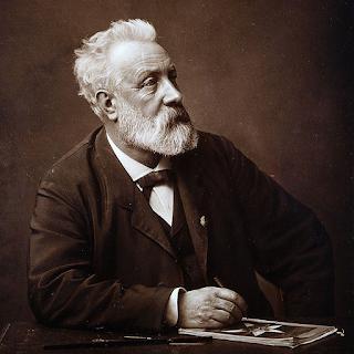 Jules Verne en 1892, avec la revue du groupe espérantophone d'Amiens.
