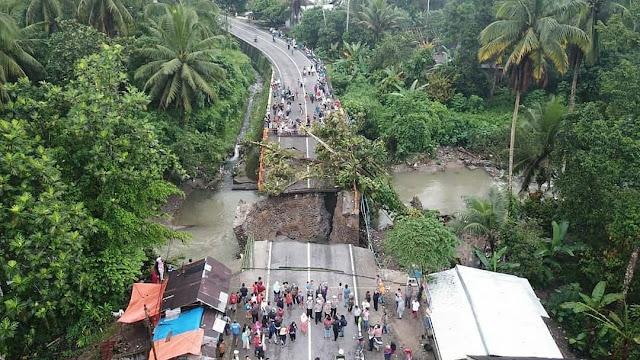 Ruas jalan Padang - Bukittinggi putus total. Jembatan Batangkalu di KM 54 yang berada di dekat Pasar Kayutanam, Kabupaten Padangpariaman ambruk, Senin sore (10/12/2018) dan tidak bisa dilalui sama sekali. Sumber foto: akun Instagram @infosumbar. Foto-foto diambil oleh: Foto-foto diambil oleh @nelvaprakasa