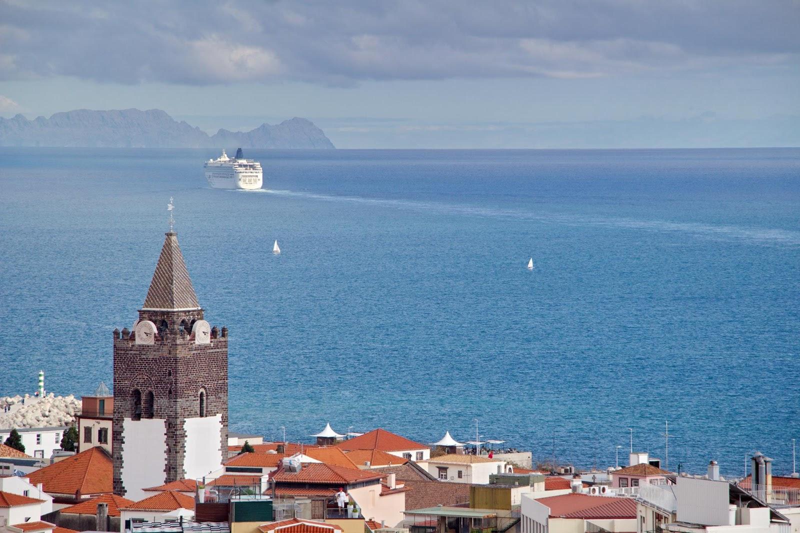 a Sé, o navio e as ilhas Desertas