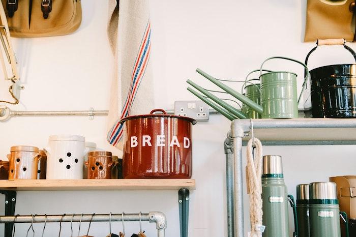 Sistema de organizadores en una cocina moderna con tubos de fontanero