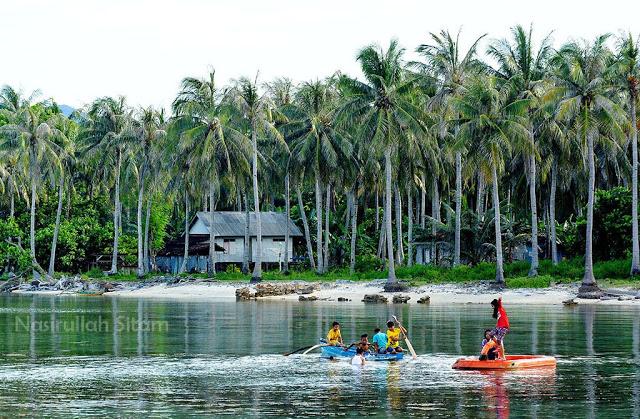 Anak-anak bermain sampan di dekat Pelabuhan Legon Bajak, Karimunjawa
