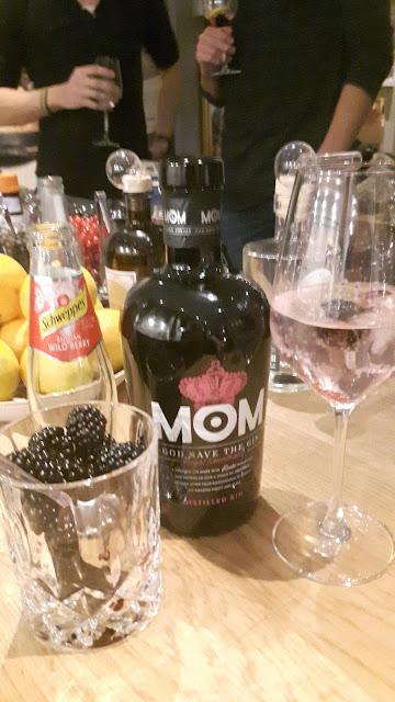 MOM Gin mit Schweppes wild berry