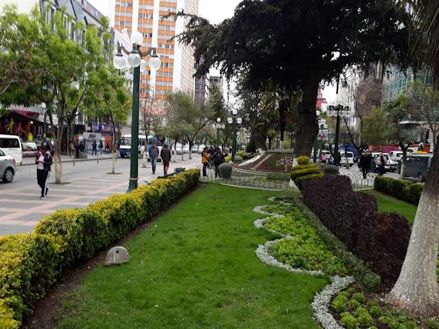 Der Prado, die Prachtstraße von La Paz. Geschäfte wie in den Planken von Mannheim, aber viel mehr Grün.