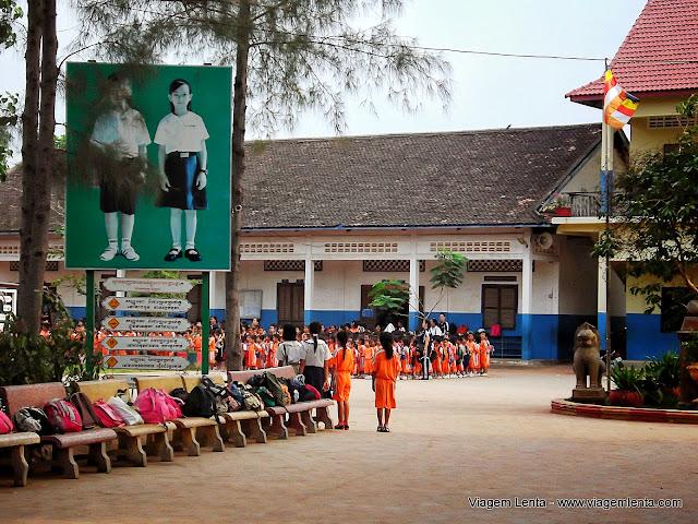 Crianças cambojanas treinando um recital em Siem Reap