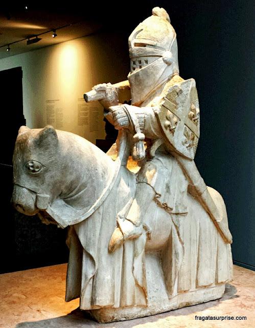 Cavaleiro medieval esculpido por Mestre Pero, no Museu Nacional Machado de Castro, Coimbra