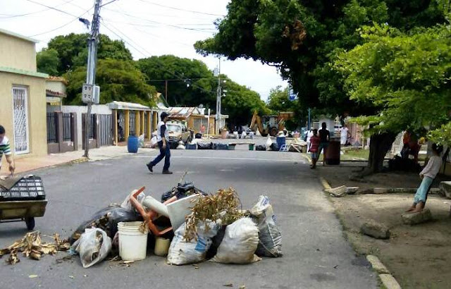 no-es-guarimba-vecinos-de-la-villa-sacan-la-basura-a-la-calle-por-mal-servicio-del-Imaur