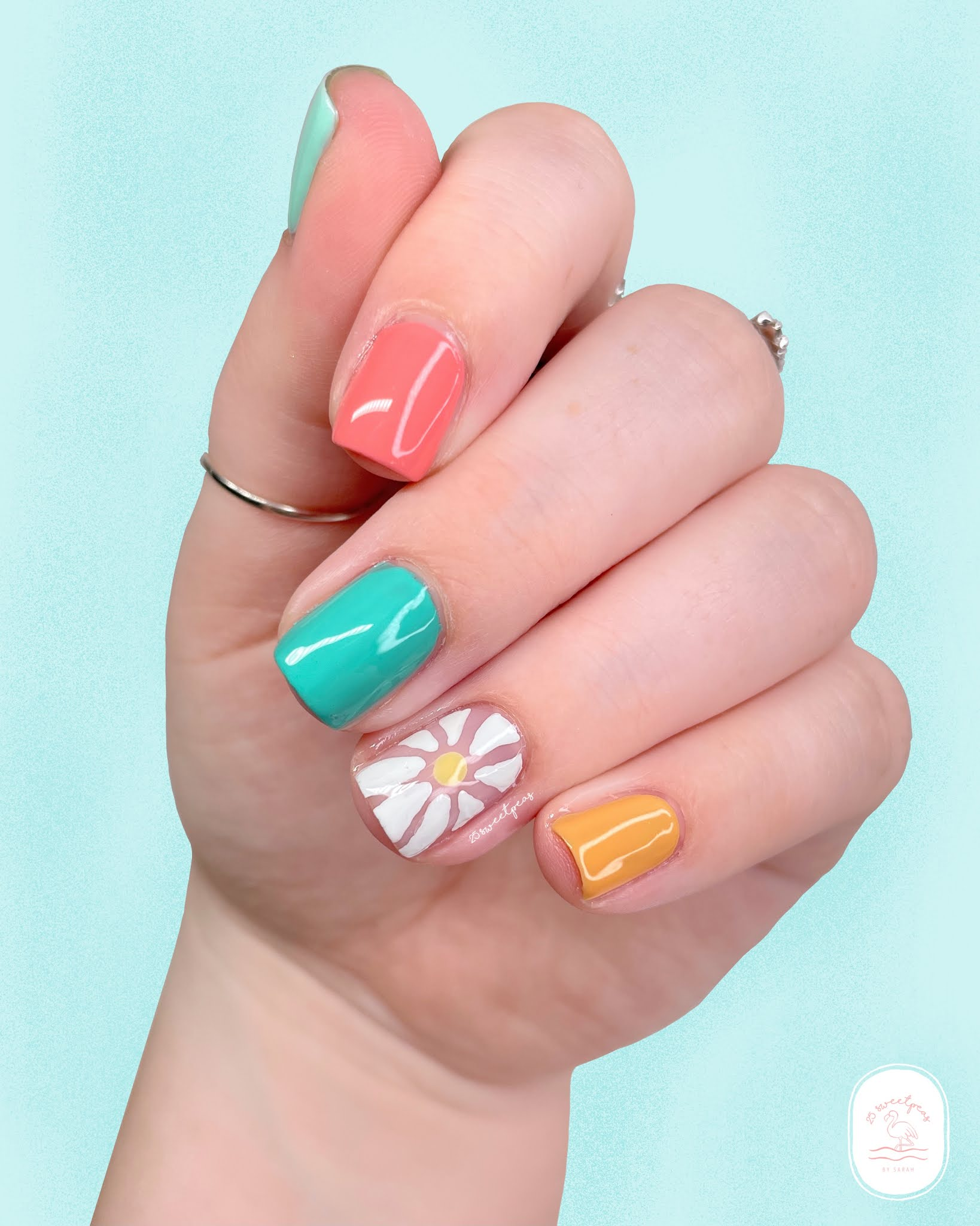 Negative Space Daisy Accent Nail 25 Sweetpeas