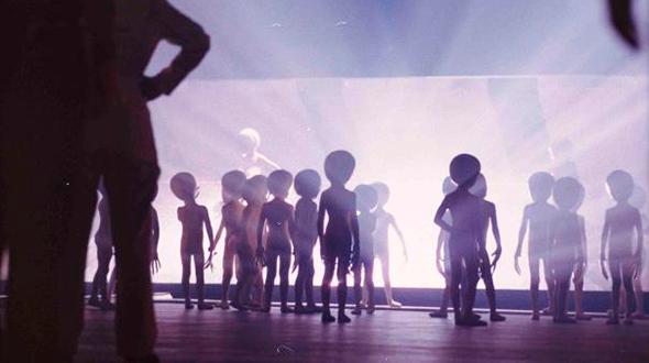 extraterrestres bajando de su nave en la película encuentro cercano del tercer tipo