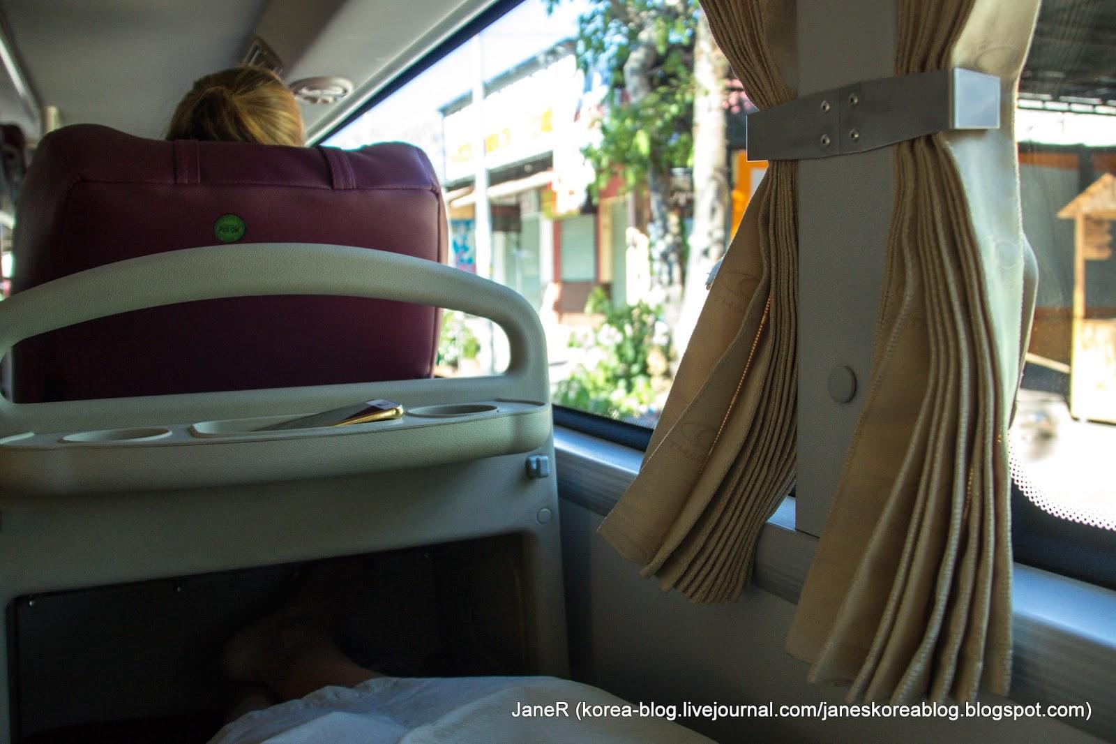 красивая блондинка спит в автобусе красавица села