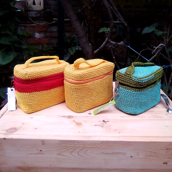 Tas Rajut Model Beauty Case - Warna Kuning dan Biru