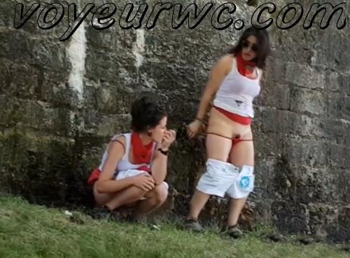 Girls Gotta Go 116-122 (Voyeur pee videos - Drunk spanish chicks peeing in public at festival)