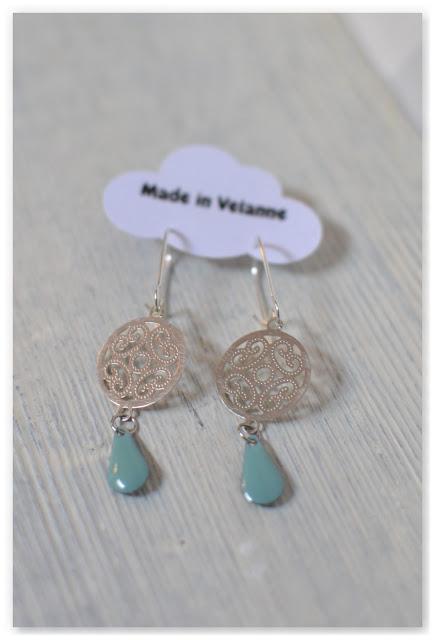 boucles d'oreilles arabesques argentées et gouttes émaillées turquoise