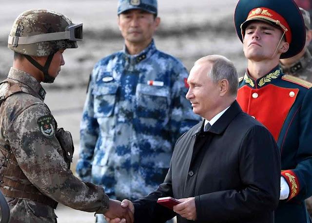 Putin cumprimenta soldado chinês na Vostok-2018