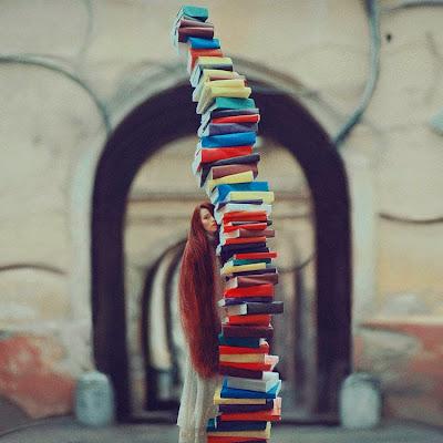 Foto con torre de libros