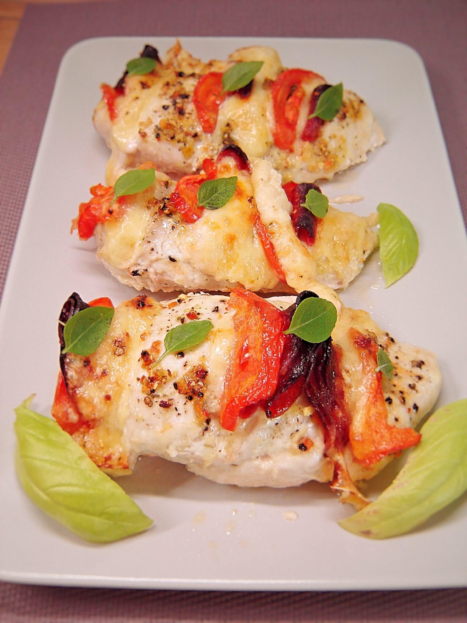 Piersi z kurczaka zapiekane z serem żółtym, salami i pomidorem