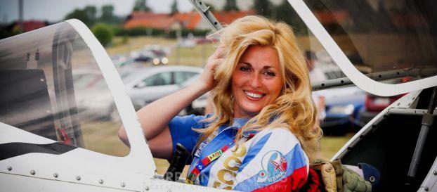 Η εντυπωσιακή Ρωσίδα τσαρίνα των αιθέρων που είναι πρωταθλήτρια αεροπορικών επιδείξεων! (ΒΙΝΤΕΟ)