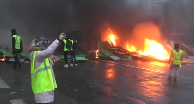 """Macron cede ante la presión de los """"chalecos amarillos""""."""