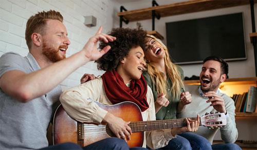 Bernyanyilah jika itu membuat anda bahagia. Gambar daribbernard/Shutterstock