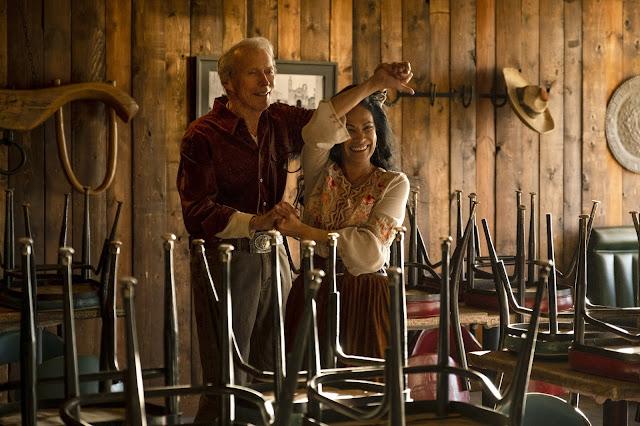 La relación entre personajes es importante para la trama. En la escena bailan Mike Milo (Clint Eastwood) y Marta (Natalia Traven).