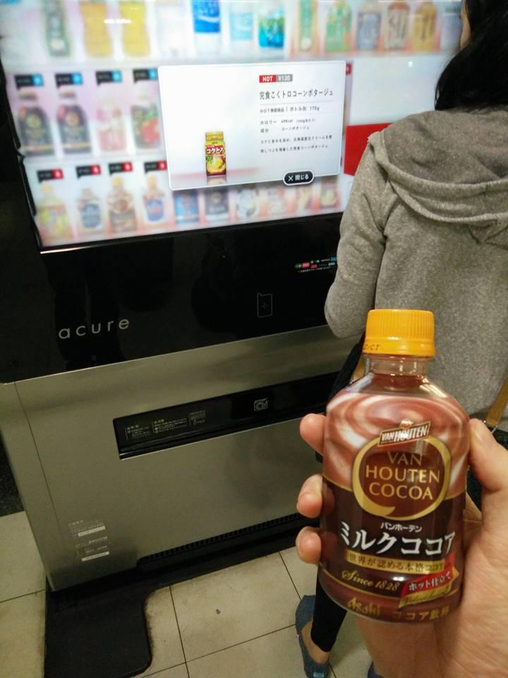 Susu cokelat panas dari Mesin penjual otomatis di Jepang