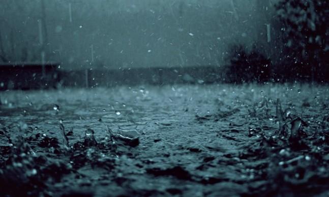 "Indikatormalang.com - Setelah beberapa lama Malang Raya tidak diguyur hujan. Tiba-tiba dalam 3 hari malang diguyur hujan.  Menurut BMKG juanda, hujan yang melanda sebagian besar wilayah Jawa Timur disebabkan faktor lokal yakni hangatnya suhu muka air laut dan pusat tekanan rendah.  ""Saat ini kondisi suhu muka air laut di Selat Madura dan Samudra Hindia Selatan Jatim cukup hangat"" ungkap  Okky Sukma Hakim, Prakirawan BMKG Juanda via suarasurabaya.net.  ""Kondisi ini yang memicu pembentukan awan konvektif yang mengakibatkan hujan di wilayah Jatim,"" tambah Okky.  Selain itu, Menurut Okky, adanya udara yang berosiliasi dari bumi ke luar cukup tinggi hingga mengakibatkan terbentuknya tekanan rendah di Samudra Hindia. Di sebelah barat Sumatra, pusat atmosfer bertekanan rendah ditambah adanya tekanan udara tinggi Samudra Pasifik timur Australia. Dimana suhu udara di wilayah tersebut dingin.  ""Udara dingin ini terbawa angin sampai ke pusat tekanan rendah. Saat melintas menuju pusat tekanan rendah inilah, dia melintasi pulau Jawa. Ditambah angin horizontal tidak terlalu kencang memicu tumbuh awan CB,"" erang Okky lebih lanjut.  Melihat perpaduan dua kondisi tersebut, Jawa Timur berpotensi diguyur selama 2-3 hari ke depan.  ""Saat ini Jawa Timur masih memasuki musim transisi. Musim kemarau sendiri akan terjadi akhir Mei hingga awal Juni,"" pungkas Okky."