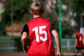 Ragazzo che gioca al calcio in una squadra