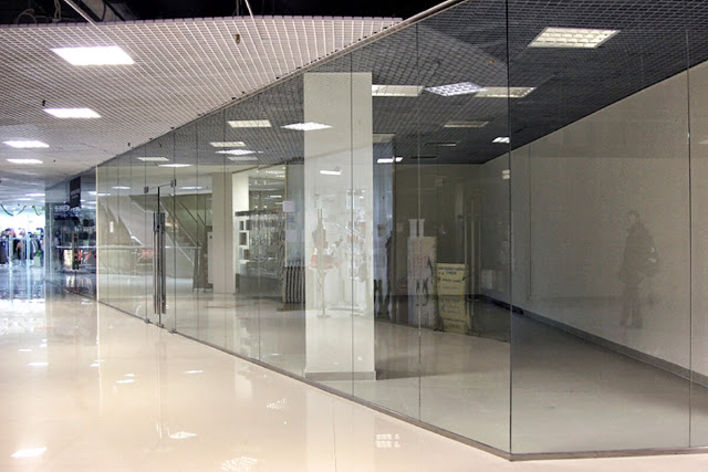Glass partition for shopping center